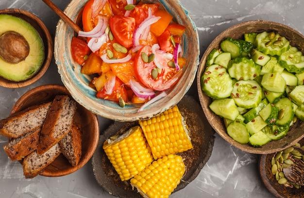 Verschiedene salate Premium Fotos