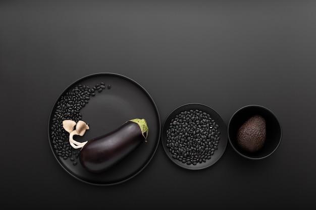 Verschiedene schalen mit auberginen und avocado Kostenlose Fotos