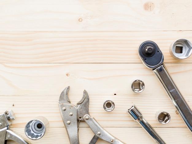 Verschiedene schlüssel nähern sich düsen auf tabelle Kostenlose Fotos