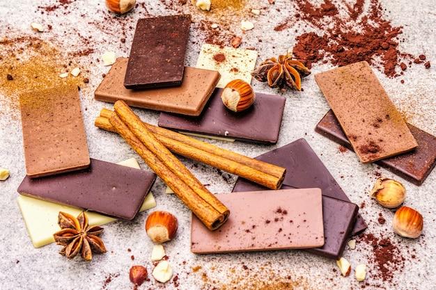 Verschiedene schokoladen mit unterschiedlichem kakaogehalt Premium Fotos