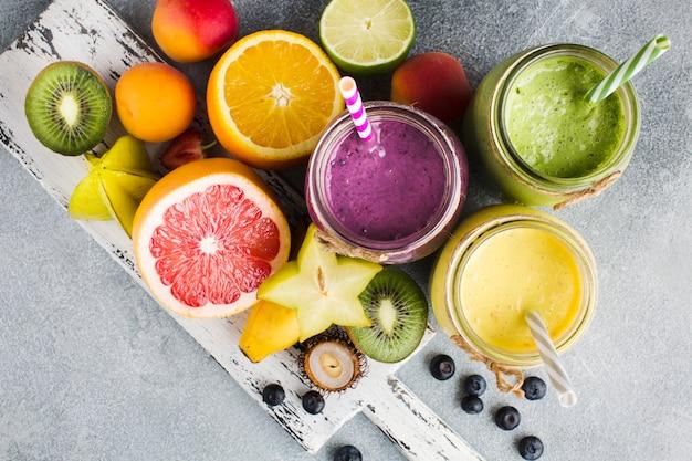 Verschiedene smoothie-gläser mit zutaten Premium Fotos