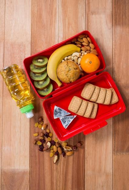 Verschiedene Snack, Obst und Öl auf Holztisch | Download der ...
