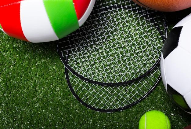Verschiedene sportwerkzeuge auf gras Premium Fotos