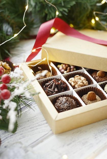 Verschiedene süßigkeiten und weihnachtsdekorationen Premium Fotos