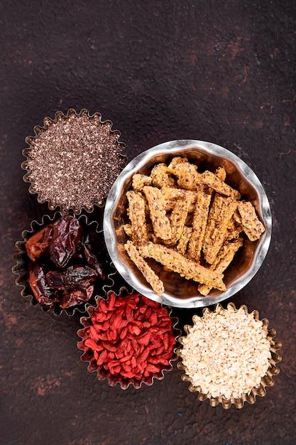 Verschiedene superfoods im schälchen in der nähe von müsli Premium Fotos