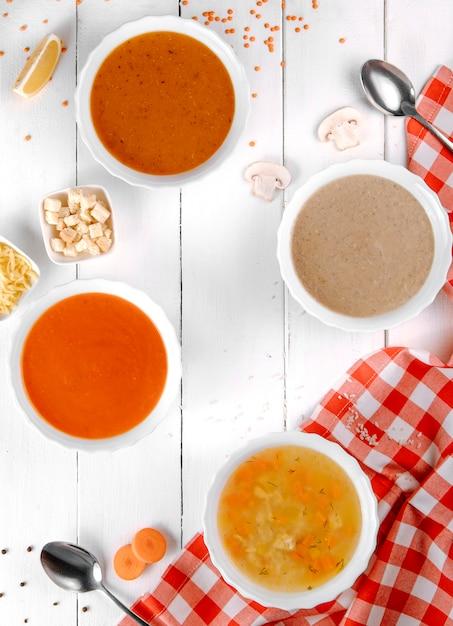 Verschiedene suppen mit pilztomaten und linsen Kostenlose Fotos