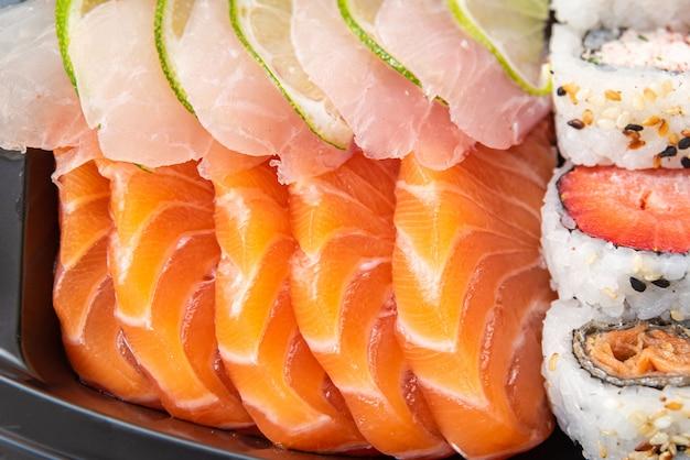 Verschiedene sushi auf dem teller auf dem tisch - detail Kostenlose Fotos