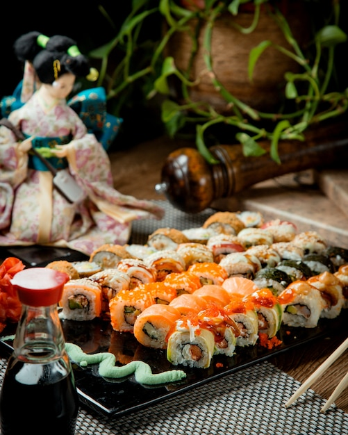 Verschiedene sushi auf einem tablett mit wasabi und sojasauce Kostenlose Fotos