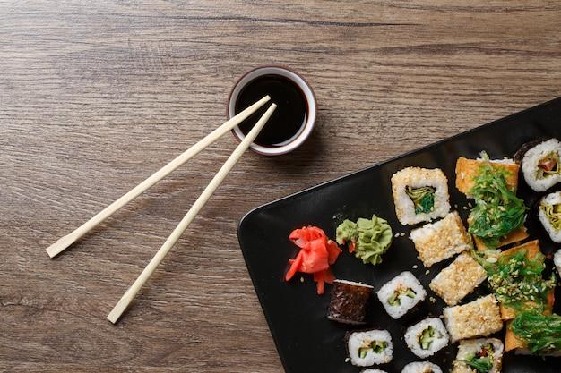 Verschiedene sushi-rollen Premium Fotos