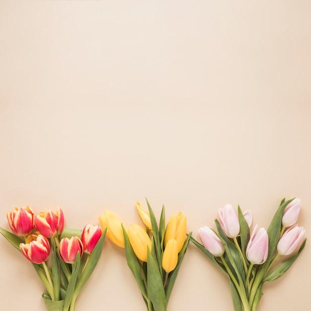Verschiedene tulpenblumensträuße auf tabelle Kostenlose Fotos