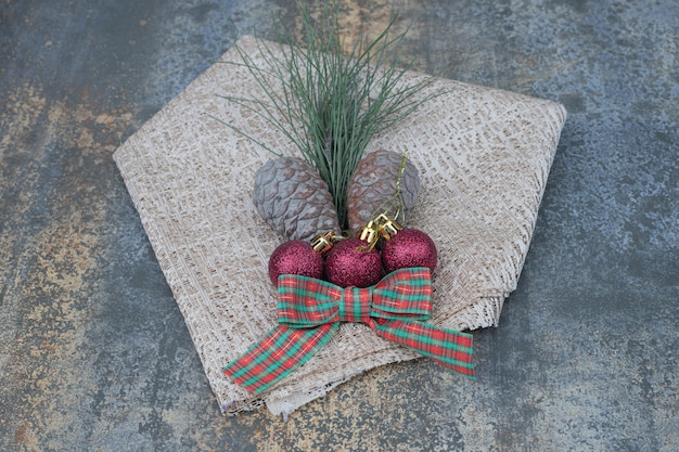 Verschiedene weihnachtsschmuck und sackleinen auf marmortisch. hochwertiges foto Kostenlose Fotos