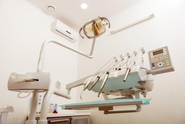 Verschiedene werkzeuge und geräte in der zahnklinik. Premium Fotos