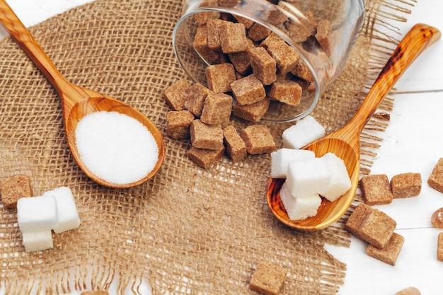 Verschiedene zuckersorten im löffel Premium Fotos