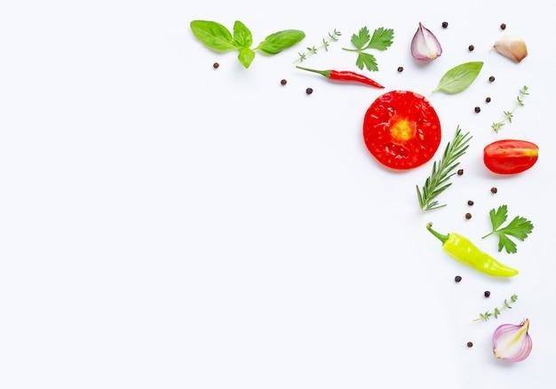 Verschiedenes frischgemüse und kräuter auf weißem hintergrund mit copyspace. gesundes essenkonzept Premium Fotos