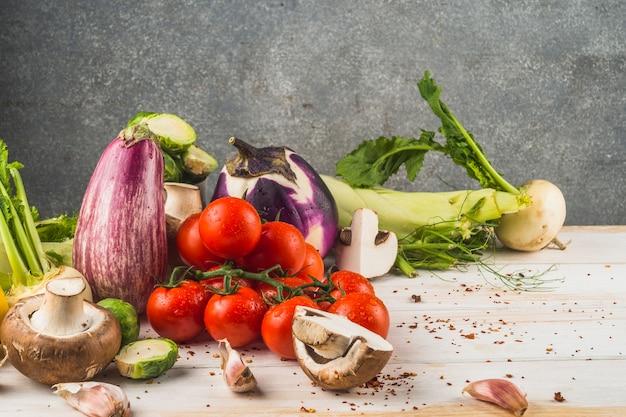 Verschiedenes gesundes gemüse auf holzoberfläche Kostenlose Fotos