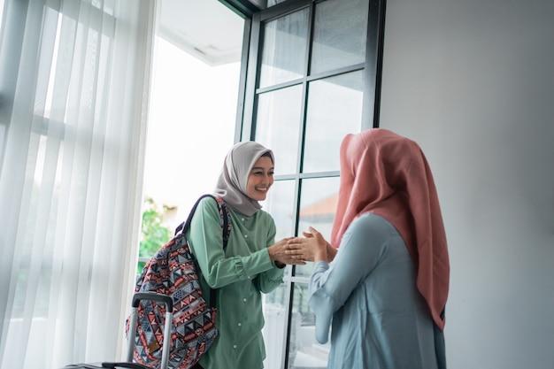 Verschleierte frauen begrüßen salam, wenn sie ihre freundin treffen Premium Fotos