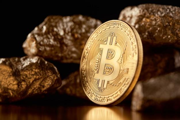 Verschlüsseltes goldenes bitcoin zusammen mit goldstückchen, die die wichtigsten finanztrends der welt darstellen. Premium Fotos