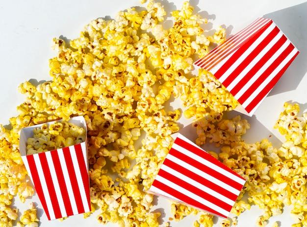 Verschüttete schachteln mit goldenem popcorn Kostenlose Fotos
