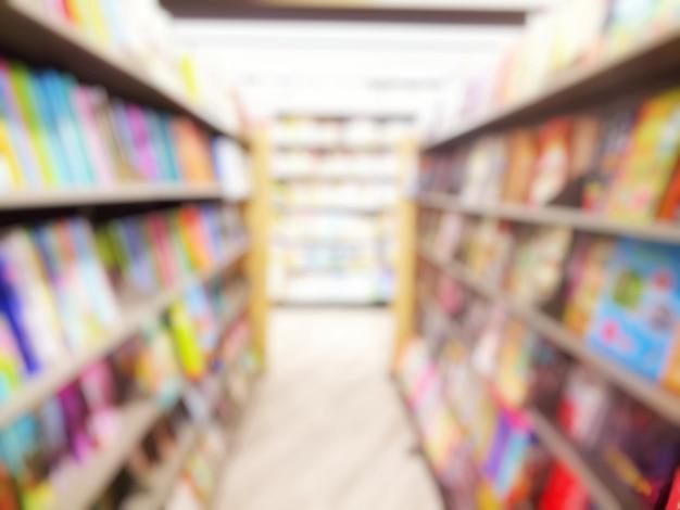 Verschwommen vom innenraum der bibliothek mit büchern in bücherregalen. bildung und buchkonzept. Premium Fotos
