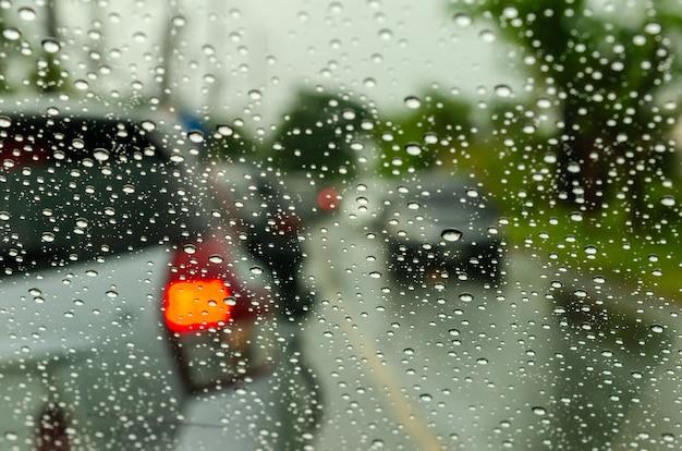 Verschwommene autofenster mit wassertropfen Premium Fotos