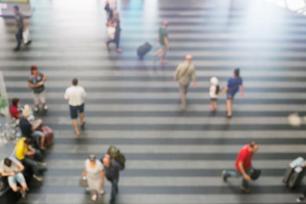 Verschwommene passagiere im bahnhofsbereich oder am flughafenterminal. Premium Fotos