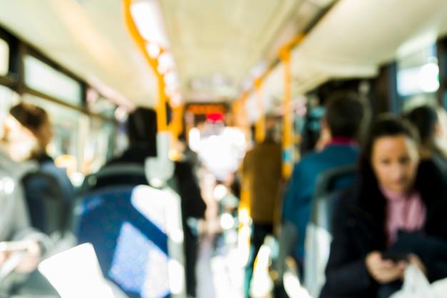 Verschwommener bus mit passagieren Kostenlose Fotos