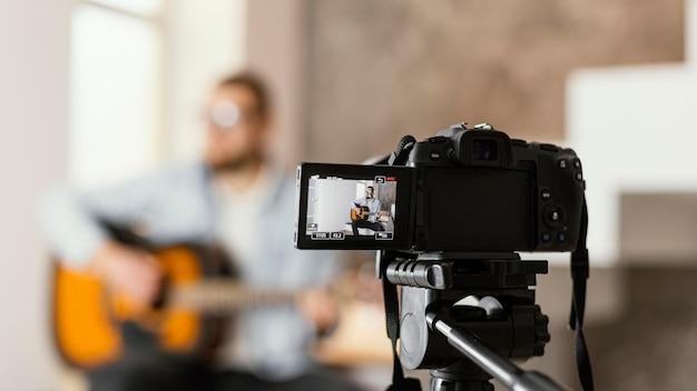 Verschwommener musiker, der sich selbst aufzeichnet Kostenlose Fotos
