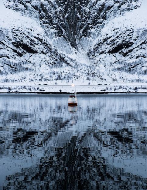 Versenden sie das kreuzen auf mächtigem berg im tal auf winter Premium Fotos