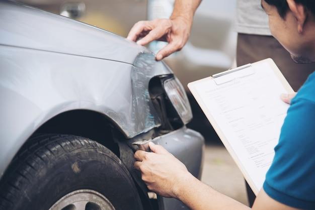 Versicherungsvertreter, der während des vor-ort-autounfallverfahrens, des personen- und autoversicherungsanspruchs arbeitet Kostenlose Fotos