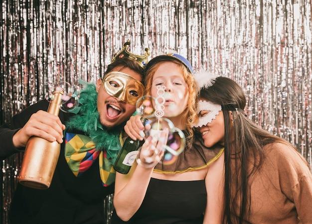 Verspielte freunde, die spaß an der karnevalsparty haben Kostenlose Fotos
