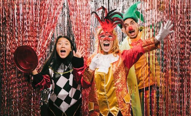 Verspielte freunde mit kostümen auf party Kostenlose Fotos