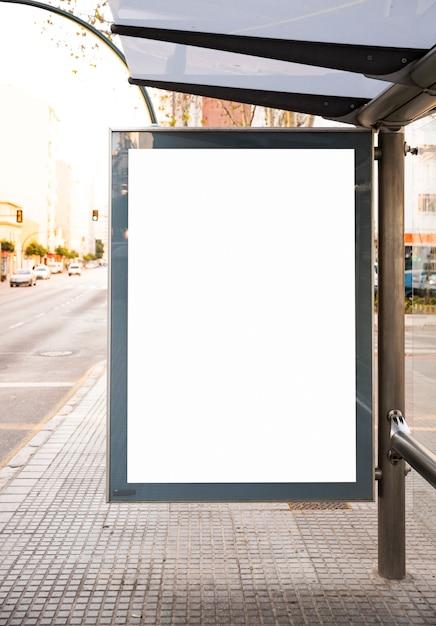 Verspotten sie herauf leuchtkasten der anschlagtafel an der straßenschildanzeige der bushaltestelle im freien Premium Fotos