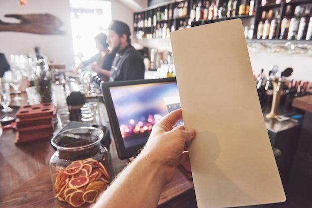 Verspotten sie herauf menürahmen auf tabelle im barrestaurant-café hintergrund Premium Fotos