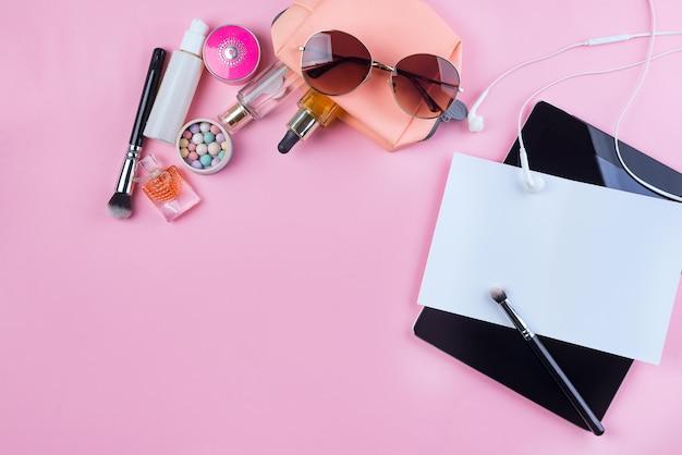 Verspotten sie kosmetik, kopfhörer und brille von frauen Premium Fotos