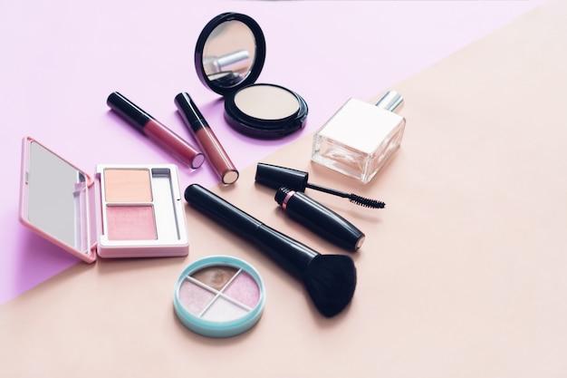 Verspotten sie oben von der kosmetischen sahneflasche, leeres aufkleberpaket auf pastellhintergrund. Premium Fotos