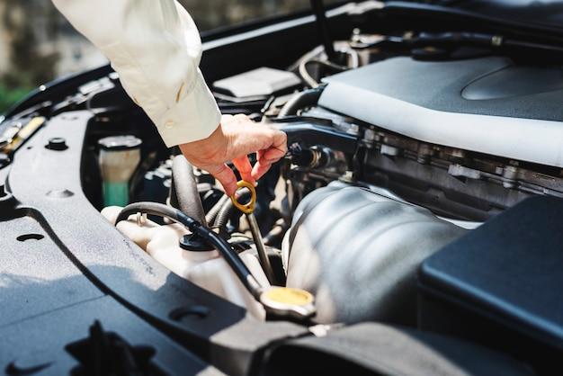 Versuch das auto zu reparieren Kostenlose Fotos