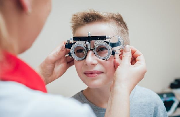 Versuchsrahmen. brille für einen kleinen jungen. ametropiekorrektur mit brille. Premium Fotos