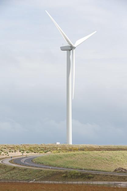 Vertikal einer windkraftanlage in der nähe des hafens von rotterdam in den niederlanden Kostenlose Fotos