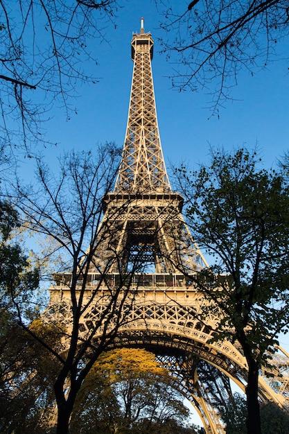 Vertikale ansicht des niedrigen winkels des eiffelturms unter dem sonnenlicht zur tageszeit in paris in frankreich Kostenlose Fotos