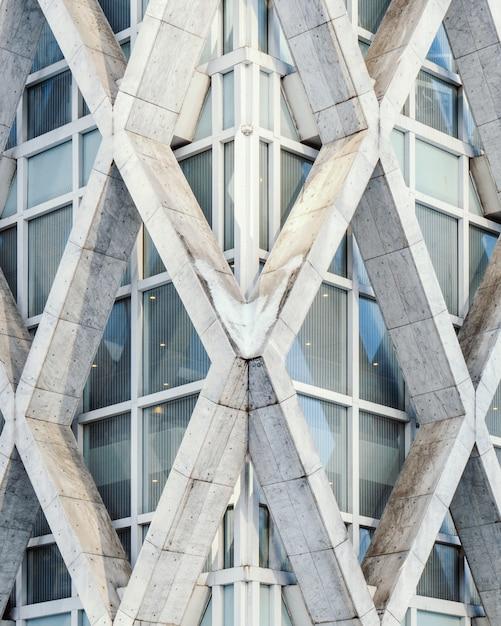 Vertikale ansicht eines geometrischen weißen betongebäudes erfasst Kostenlose Fotos
