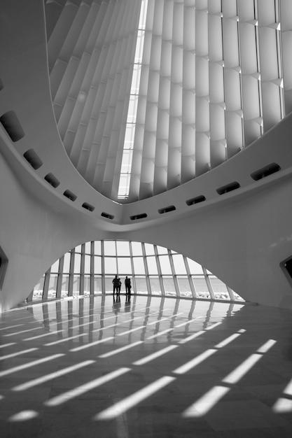 Vertikale aufnahme der innenarchitektur eines gebäudes Kostenlose Fotos