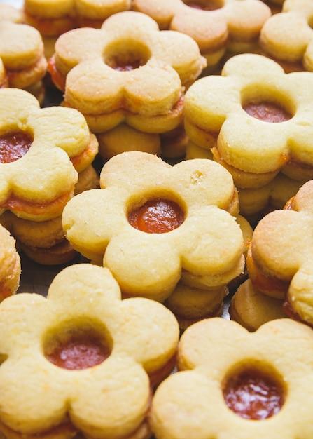 Vertikale aufnahme der nahaufnahme von niedlichen keksen mit marmelade Kostenlose Fotos
