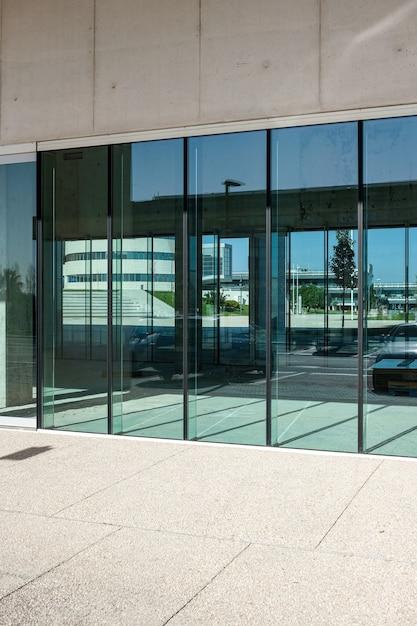 Vertikale aufnahme der transparenten türen eines geschäftsgebäudes Kostenlose Fotos