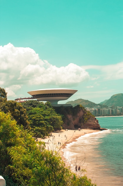 Vertikale aufnahme des niteroi contemporary art museum in brasilien Kostenlose Fotos