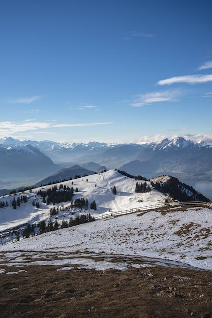 Vertikale aufnahme des rigi-gebirges in der schweiz unter einem blauen himmel Kostenlose Fotos