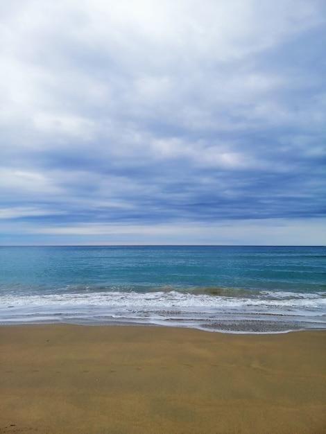 Vertikale aufnahme einer perfekten landschaft eines tropischen strandes in san sebastian ferienort, spanien Kostenlose Fotos