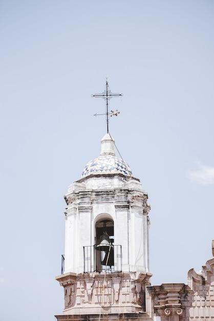 Vertikale aufnahme eines kirchenglockenturms Kostenlose Fotos