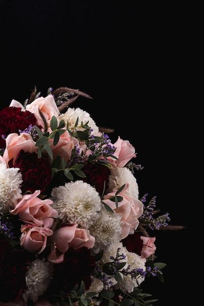 Vertikale aufnahme eines luxuriösen straußes von rosa rosen und weißen, roten dahlien Kostenlose Fotos