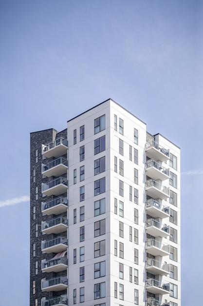Vertikale aufnahme eines weißen gebäudes unter dem klaren himmel Kostenlose Fotos