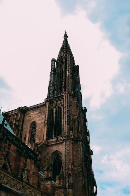 Vertikale flachwinkelaufnahme der kathedrale notre dame, gefangen in straßburg, frankreich Kostenlose Fotos